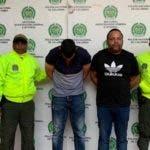 El escurridizo César Emilio Peralta, de negro y mirando al frente,  fue capturado en Cartagena. Junto a Él, con la cabeza abajo, 'Oto' colombiano con orden de captura. /Fuente Externa