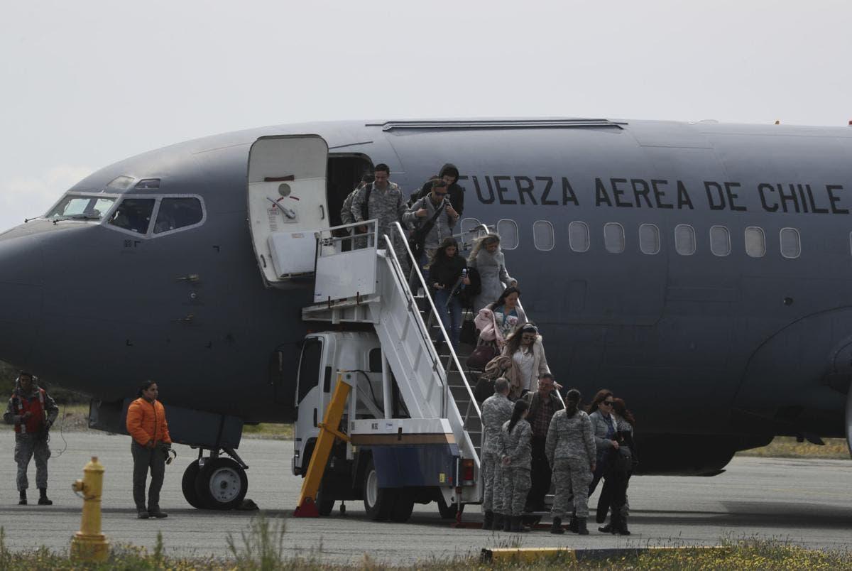 Encuentran restos humanos y de avión militar chileno desaparecido con 38 tripulantes