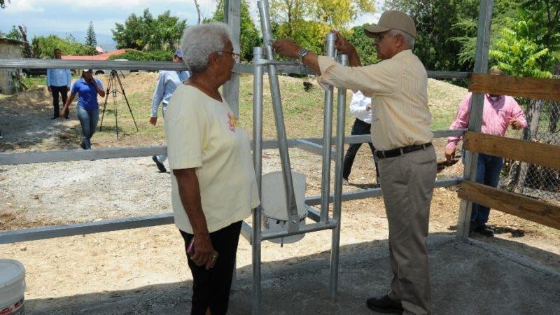 El ministro de Agricultura, Osmar Benítez, le entrega una sala de ordeño a una ganadera de Pedro Corto, San Juan.