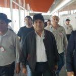 """AME5303. EZEIZA (ARGENTINA), 12/12/2019.- Fotografía cedida por el secretario de Comunicación de la CTA de los trabajadores de Argentina Carlos Girotti, que muestra al expresidente boliviano Evo Morales (c) a su llegada al aeropuerto internacional de Ezeiza este jueves, en la provincia de Buenos Aires (Argentina). Morales aseguró este jueves al llegar a Argentina, donde pidió ser refugiado, que está """"fuerte y animado"""" y buscará """"seguir luchando por los más humildes y para unir a la Patria Grande"""". Morales, que abandonó su país el pasado 11 de noviembre después de que las Fuerzas Armadas lo forzaran a dejar el cargo y recibió asilo en México, llegó esta mañana al aeropuerto internacional de la localidad bonaerense de Ezeiza procedente de Cuba, donde estaba desde la semana pasada, confirmó el ministro de Exteriores argentino, Felipe Solá. EFE/ Carlos Girotti/SOLO USO EDITORIAL/NO VENTAS"""