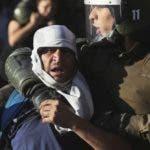 ARCHIVO: Varios policías detienen a manifestantes durante una protesta en Santiago, Chile, el sábado 7 de diciembre de 2019. (AP Foto / Fernando Llano)