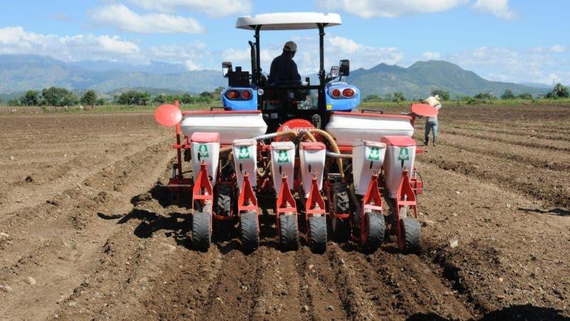 Una máquina sembradora tirada por un tractor en la zona agrícola de Baní.