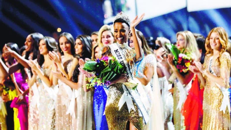 Atlanta (United States), 09/12/2019.- Miss South Africa Zozibini Tunzi (C) is crowned Miss Universe 2019, at Tyler Perry Studios in Atlanta, Georgia, USA, 08 December 2019. (Sudáfrica, Estados Unidos) EFE/EPA/BRANDEN CAMP