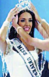 Amelia Vega al momento de ser coronada Miss