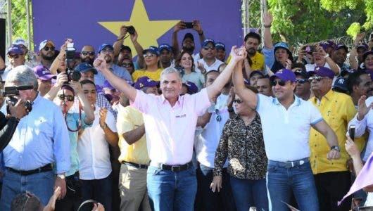 Gonzalo Castillo juramenta candidatos municipales en Santiago