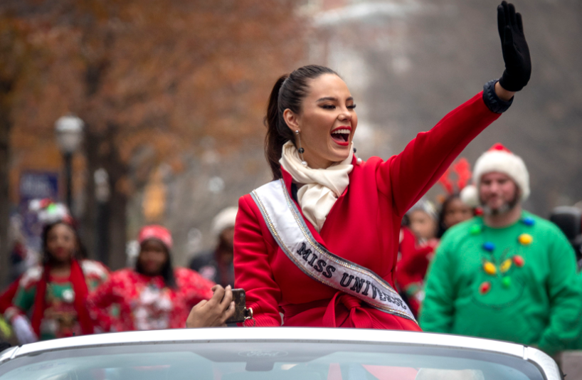 Fotos: Con un desfile navideño se despidió Catriona Gray de Miss Universo en Atlanta