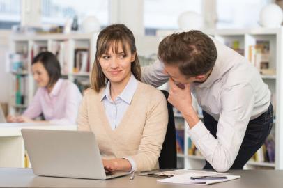 Coquetear en el trabajo no es acoso sexual y aleja el insomnio, según estudio