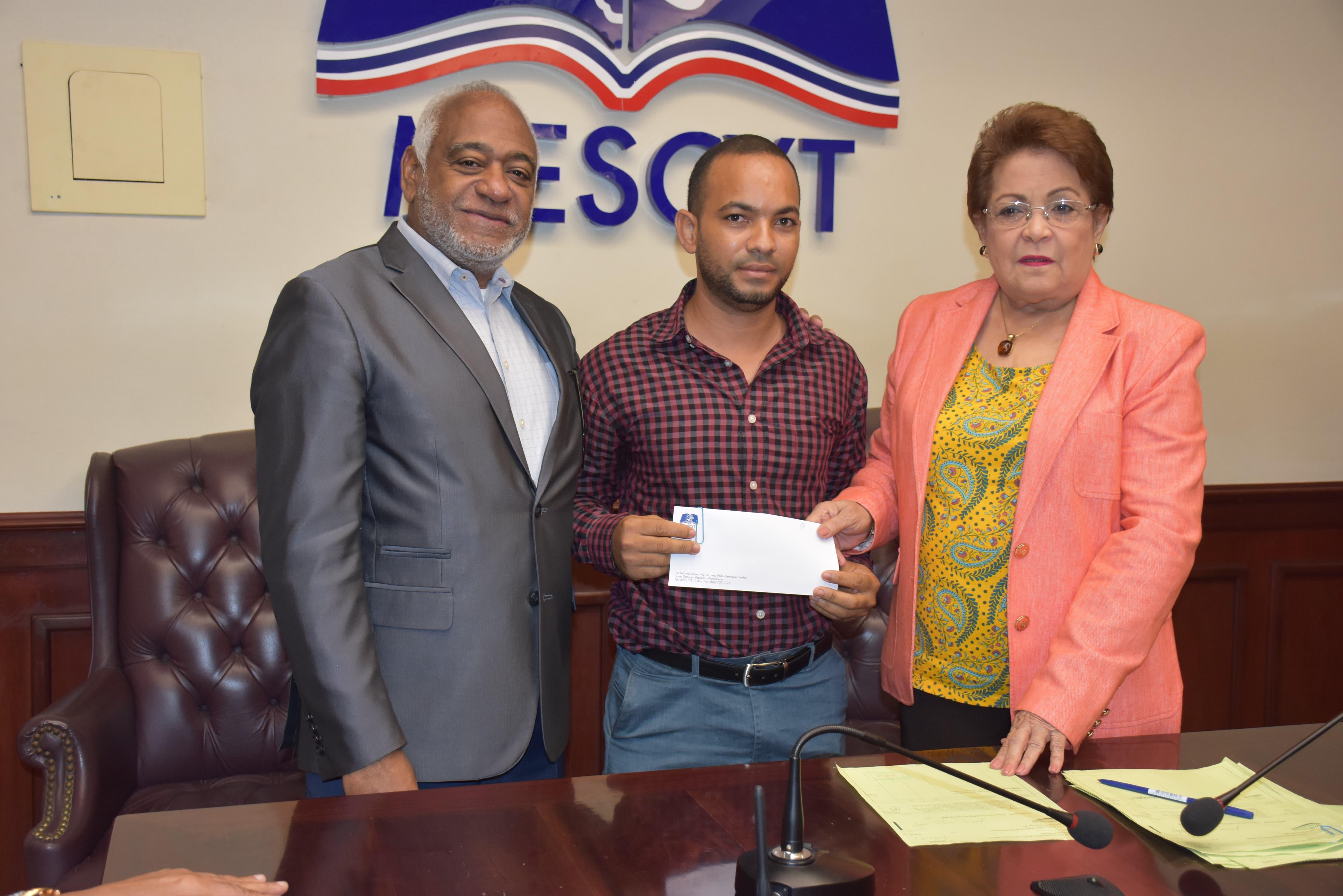 Estudiante de la UFHEC gana premio en congreso científico