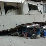 Vehículos quedan atrapados bajo un edificio después de que un terremoto de magnitud 6,8 sacudiera este domingo la isla de Mindanao, en el sur de Filipinas. EFE/ Cerilo Ebrano
