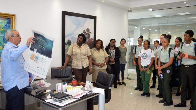 Estudiantes junto Sub-director del periódico Hoy, el señor Nelson Marrero 1