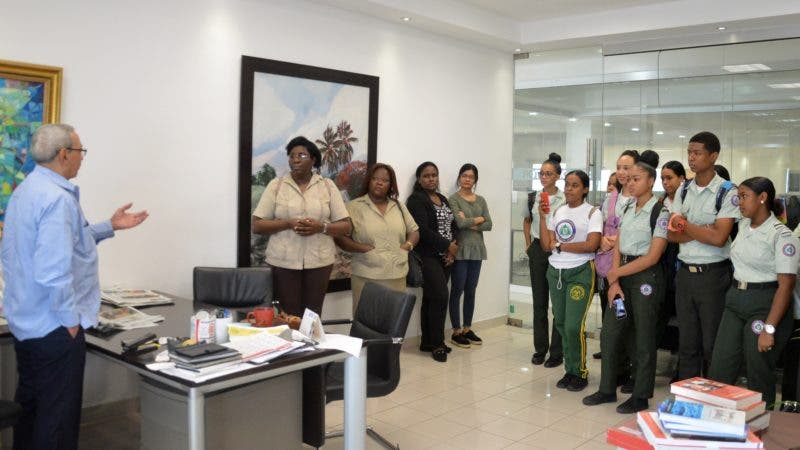 Estudiantes junto Sub-director del periódico Hoy, el señor Nelson Marrero