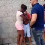 Niños que se presumen son familias de agresor, lloran en la escena.
