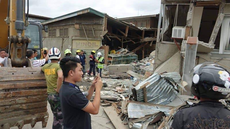 Video: Muere una niña en un sismo en el sur de Filipinas
