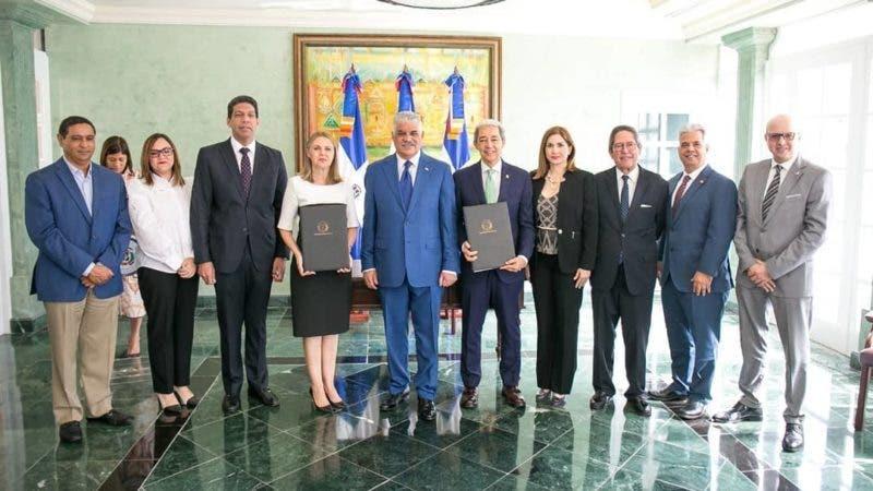 Luis Concepción, Clara Reid, el canciller Miguel Vargas y directivos de las entidades que involucradas en el acuerdo.