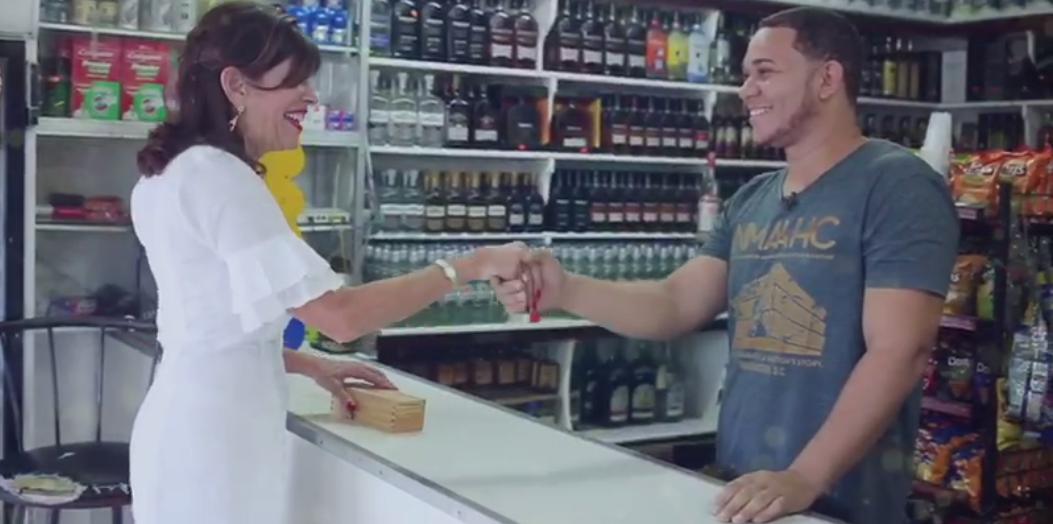 Video: Embajadora de EEUU disfruta de tradiciones navideñas y envía felicitaciones a dominicanos