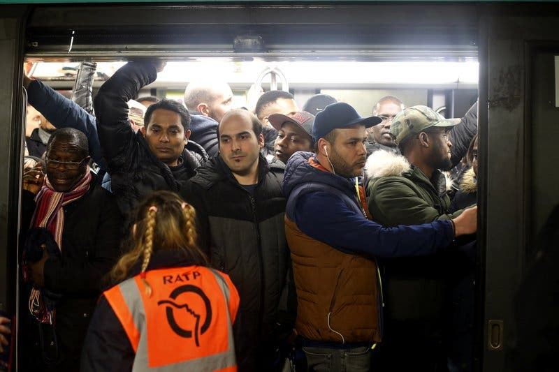 Continúan en Francia las huelgas que han movilizado a maestros, médicos y trabajadores de la torre Eiffel
