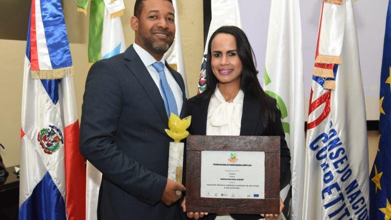 Galileo Portorreal y Karina Uzrad, en representación de la generadora Dominican Power Parnerts, del Grupo AES Dominica.