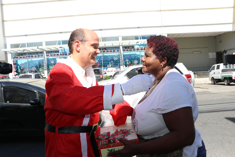 Video: Ramfis se viste de Santa Claus y sale a las calles a dar regalos