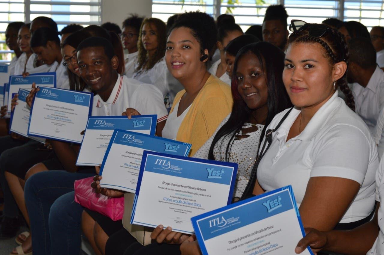 ITLA entrega 930 becas de inglés a munícipes de Boca Chica