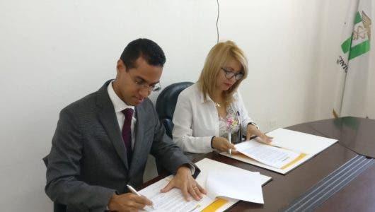 Universidad UNIREMHOS firman acuerdo para mejorar calidad del trabajo de enfermeras del país