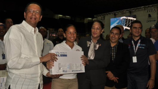 Educación entrega 360 tabletas a estudiantes de secundaria en Santiago