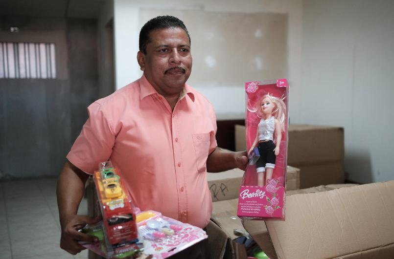 Un Santa Claus sin trineo y con deudas ayuda a necesitados