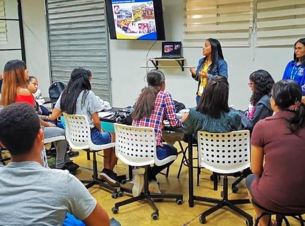 Universidades visitan liceo en Villa Tapia para captar estudiantes de excelencia