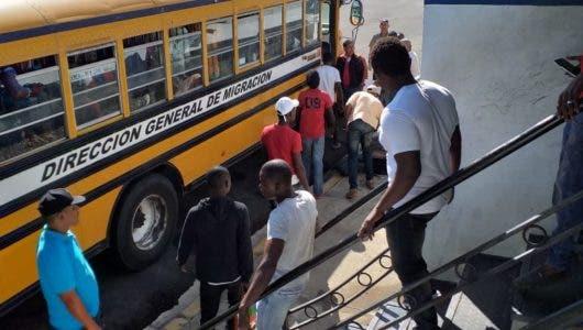 Casi 900 haitianos detenidos durante operativos de Migración