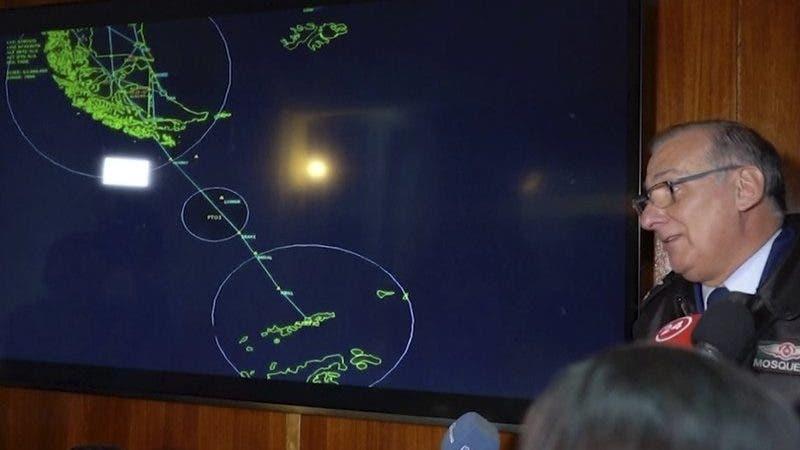 En esta imagen tomada de un video, el general Eduardo Mosqueira (derecha), de la Fuerza Aérea de Chile, habla a reporteros delante de un mapa de la zona donde desapareció un avión, en Punta Arenas, Chile, el 9 de diciembre de 2019. (AP Foto)