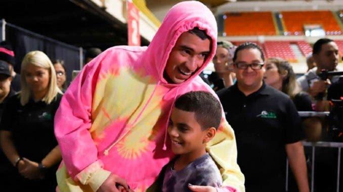 Bad Bunny entrega miles de juguetes a niños en Puerto Rico