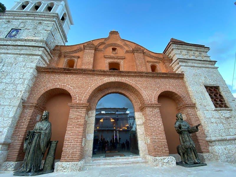 Danilo Medina entrega restaurada Iglesia Santa Bárbara en Ciudad Colonial