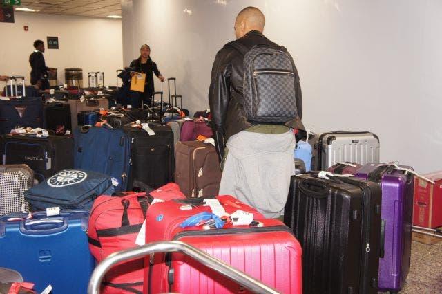 Continúan las quejas de pasajeros por retraso de entrega de equipajes en Aeropuerto Las Américas