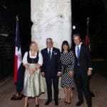 El Canciller Miguel Vargas y el Embajador Volker Pellet acompañados por sus esposas enfrente de la pieza del Muro de Berlín en la recepción alemana con motivo del 30 aniversario de la caída del Muro el 8 de Noviembre del año pasado.