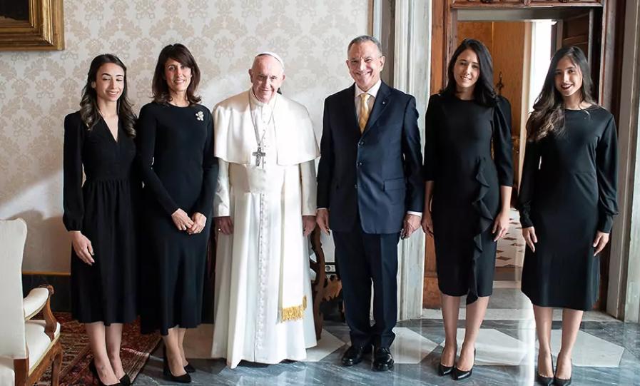 El papa recibe en audiencia privada al embajador Víctor Grimaldi y su familia