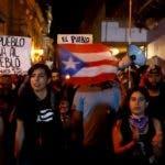 AME4038. SAN JUAN (PUERTO RICO), 21/01/2020.- Personas participan durante una manifestación pacífica este martes en San Juan (Puerto Rico). Cientos de personas protestaron pacíficamente para pedir la dimisión de la gobernadora de Puerto Rico, Wanda Vázquez, a quien responsabilizan de mala gestión en la crisis de los terremotos y de saber de la existencia de suministros que no se repartieron entre los damnificados. EFE/Thais Llorca