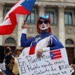 AME4707. SAN JUAN (PUERTO RICO), 23/01/2020.- Miles de puertorriqueños marchan desde el Capitolio a La Fortaleza (sede del Ejecutivo) para exigir la destitución de la gobernadora de la isla, Wanda Vázquez, en San Juan (Puerto Rico). Los manifestantes que piden la dimisión de la gobernadora de Puerto Rico, Wanda Vázquez, por la mala gestión de la crisis de los terremotos, desatada tras salir a la luz que no se distribuyeron víveres almacenados en la zona afectada, comenzaron a concentrarse frente al Capitolio, sede del Legislativo. EFE/Thais Llorca