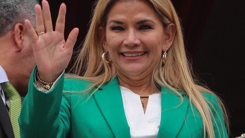 """AME4165. LA PAZ (BOLIVIA), 22/01/2020.- La presidenta interina de Bolivia, Jeanine Áñez, sale a saludar en el Palacio de Gobierno luego de dar un discurso este miércoles, donde indicó que Bolivia se libró de """"un destino como el de Venezuela"""" al acabar con la """"violencia"""" y la """"corrupción"""" de la era de Evo Morales en el poder, en La Paz (Bolivia). La mandataria transitoria pronunció un duro discurso contra Morales con motivo del Día del Estado Plurinacional de Bolivia, una festividad que él instituyó en recuerdo de la fecha en que asumió el poder el 22 de enero de 2006. EFE/ Martín Alipaz"""
