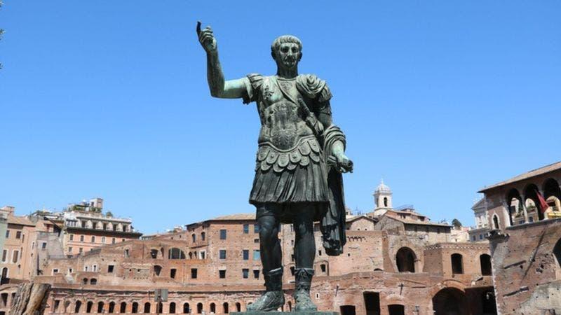 Los años bisiestos son originalmente una idea de Julio César, quiero propuso la creación del calendario juliano. Sin embargo este no es el que utilizamos en la actualidad.