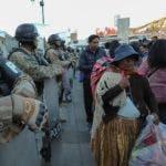 """-FOTODELDIA- BOL01. LA PAZ (BOLIVIA), 16/01/2020.- Las Fuerzas Armadas de Bolivia y la Policía retoman a partir de este jueves los operativos de seguridad conjuntos con miras a """"garantizar la paz social"""" y el """"orden público"""", a pocas jornadas del Día del Estado Plurinacional, instituido por Evo Morales, en La Paz (Bolivia). El movimiento poco usal de militares y policías en los alrededores de la plaza San Francisco, como tambien la Plaza Murillo en La Paz, donde se ubican las sedes del Ejecutivo y el Parlamento. EFE/Martín Alipaz"""