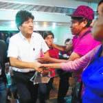 AME3391. BUENOS AIRES (ARGENTINA), 19/01/2020.- El expresidente de Bolivia Evo Morales (c) saluda simpatizantes antes de ofrecer una rueda de prensa este domingo, en Buenos Aires (Argentina). El ex ministro de Economía Luis Arce fue elegido este domingo como el candidato presidencial del Movimiento al Socialismo (MÁS) para las elecciones del 3 de mayo en Bolivia por los más de 50 delegados que votaron en las jornadas lideradas por Morales en Buenos Aires. El excanciller David Choquehuanca será su compañero de fórmula, anunció Morales en una conferencia de prensa en Buenos Aires. EFE/ Juan Ignacio Roncoroni