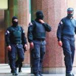 JJPANA9817. CARACAS (VENEZUELA), 21/01/2020.- Integrantes del Servicio Bolivariano de Inteligencia Nacional (Sebin) caminan afuera de la oficina del líder opositor venezolano Juan Guaidó, a quien casi 60 países reconocen como presidente interino del país, este martes en Caracas (Venezuela). Según pudo constatar Efe, el edificio donde están las oficinas de Guaidó estaba acordonado y en los alrededores se encontraban patrullas del Servicios de Inteligencia (Sebin), que además controlaban la entrada al inmueble, y de un cuerpo de la Policía Nacional Bolivariana (PNB) encargado de la lucha contra la corrupción. EFE/Miguel Gutiérrez