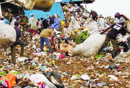 "Rag pickers collect recyclable items at the Duquesa dump, in Santo Domingo, on April 21, 2010. It is estimated that some 1500 scavengers - 90 percent of them being Haitian - come to the Duquesa dump, which daily receives some 4.000 tons of garbage from the National District and the province of Santo Domingo. The scavengers, known as ""buzos"", play an essential role as they are the first in line in the recycling industry.  AFP PHOTO/Erika Santelices   ----  MORE PICTURES IN IMAGE FORUM"