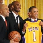 Washington (United States), 25/01/2010.- (FILE) US President Barack Obama (R) receives a LA Lakers team jersey and signed basketball from Kobe Bryant (C) and Derek Fisher (L) at an event welcoming the NBA Finals Champion Los Angeles Lakers to the White House to honor their 2008-2009 season, in the East Room of the White House in Washington DC, USA, 25 January 2010 (reissued 26 January 2020). According to media reports former US basketball player Kobe Bryant has died in a helicopter crash in Calabasas, California, USA on 26 January 2020. He was 41. (Baloncesto, Estados Unidos) EFE/EPA/MICHAEL REYNOLDS