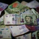 ACOMPAÑA CRÓNICA: ARGENTINA INFLACIÓN - AME2331. BUENOS AIRES (ARGENTINA), 16/01/2020.- Vista de varios billetes de pesos argentinos el 15 de enero de 2019 en Buenos Aires (Argentina). Empujados por la inflación que azota Argentina, los billetes de 5 pesos, diezmados en su valor (menos de 9 céntimos de dólar al cambio), dejarán de poder usarse en el país el 31 de enero, lo que desató una carrera por deshacerse de ellos en la que cabe el arte y el coleccionismo. Ese es el día fijado por el Banco Central (BCRA) para que los billetes dejen de usarse, aunque podrán ser canjeados en bancos hasta el 28 de febrero, cuando desaparecerán y se convertirán definitivamente en otra de las víctimas de la inflación, que llegó al 53,8 % en 2019, según anunció esta semana el Instituto de Estadística y Censos. EFE/Juan Ignacio Roncoroni