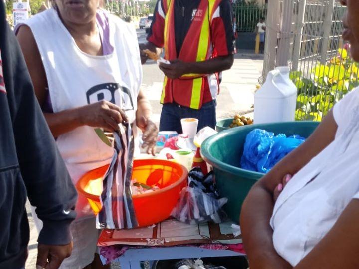 Denuncian vendedores ambulantes se apoderan de las calles de La Romana