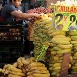 MEX3597. CIUDAD DE MÉXICO (MÉXICO),23/01/2020.- Fotografía de archivo del 12 de marzo de 2018, que muestra un puesto de venta de plátano en un mercado de Ciudad de México (México). El primer cargamento de plátano mexicano con destino a China partió este martes del puerto de Manzanillo con 39 toneladas, un estreno que el Gobierno mexicano espera poder repetir con otros productos ahora que se ha abierto más la puerta del gigante asiático. EFE/Mario Guzmán