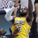 Dallas (United States), 10/01/2020.- Los Angeles Lakers forward LeBron James (R) goes to the basket against Dallas Mavericks forward Dorian Finney-Smith (L) in the second half of the NBA basketball game between the Los Angeles Lakers and the Dallas Mavericks at the American Airlines Center in Dallas, Texas, USA, 10 January 2020. (Baloncesto, Estados Unidos) EFE/EPA/LARRY W. SMITH SHUTTERSTOCK OUT