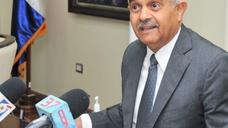 El ministro de Agricultura, Osmar Benítez, anuncia medidas con Newcastle.