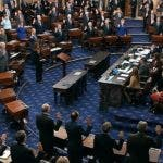 El ministro presidente de la Corte Suprema de Estados Unidos, John Roberts (de pie al centro a la derecha) juramenta como jurados a los miembros del Senado para el juicio político contra el mandatario Donald Trump, en el Capitolio, en Washington, el jueves 16 de enero de 2020. (Televisión del Senado vía AP)