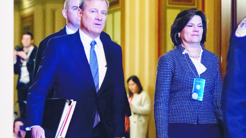 Washington (United States), 21/01/2020.- Chief Justice of the United States John Roberts (L) walks with Chief Protocol Officer for the Senate Sergeant at Arms Becky Schaaf (R) upon arriving for the Senate impeachment trial in the US Capitol in Washington, DC, USA, 21 January 2020. The first full day of the Senate impeachment trial of US President Donald J. Trump will be spent debating the rules for the proceedings with Senate Majority Leader Mitch McConnell pushing for two 12 hour days for each side to present their opening remarks. (Abierto, Estados Unidos) EFE/EPA/MICHAEL REYNOLDS